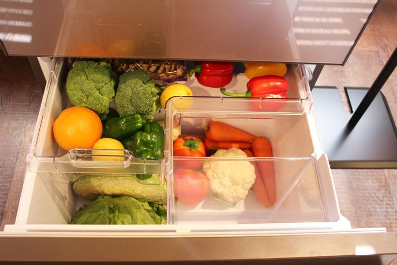↑トレーを手前に引くと、トレーと右手前の「うるおいシールドケース」が下段を密閉し、下段にある野菜が乾燥しにくくなる