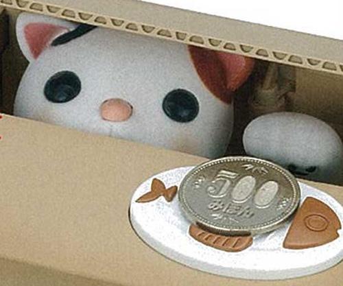 ↑皿の上にある硬貨を取って隠れます。このときに発する鳴き声がとてもかわいい