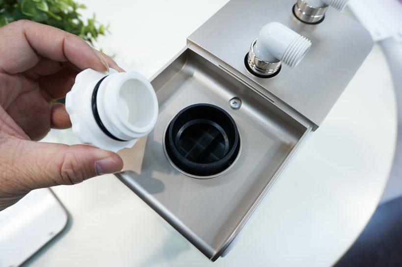 ↑本体上部の給水口から食塩水を流し込みます