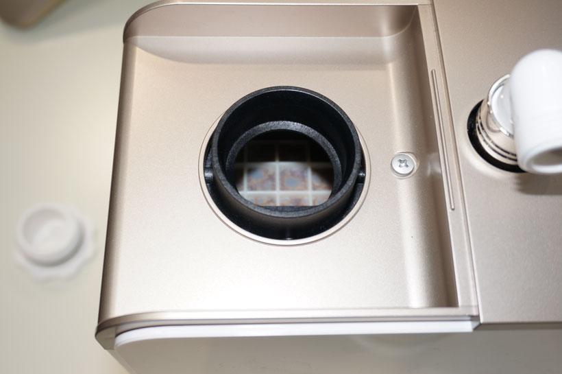 ↑給水口の奥に見えるのが「イオン交換樹脂」と呼ばれるフィルターです