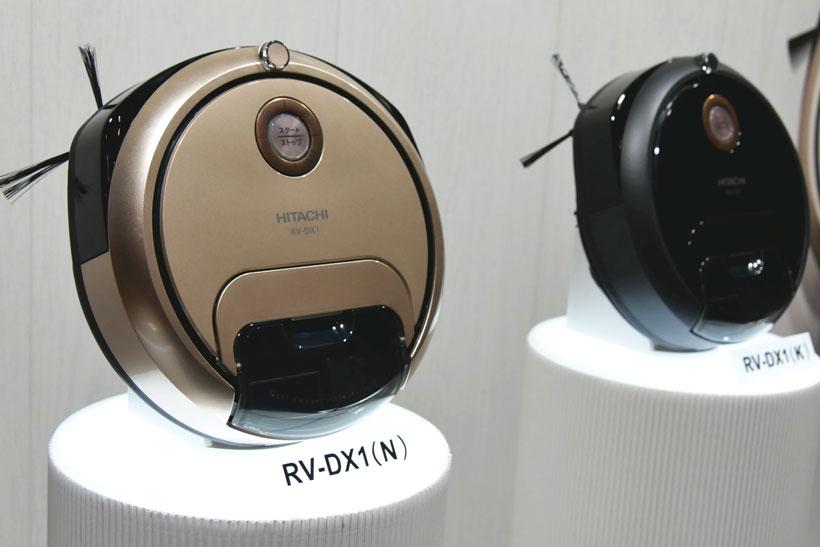 ↑日立のロボットクリーナー「minimaru(ミニマル) RV-DX1 N」(実売価格10万7410円)。本体幅25cm、高さ9.2cmのコンパクトなボディで狭い隙間にも入り込んで掃除してくれます