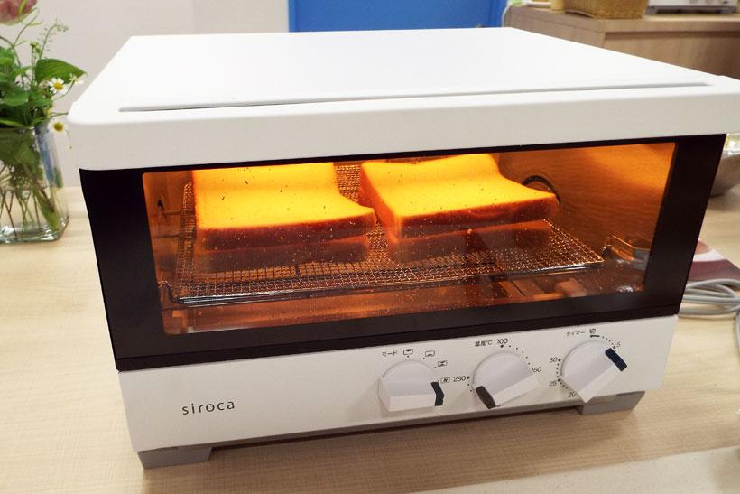 ↑シロカの「ハイブリットオーブントースター ST-G111」(実売価格2万4100円)。熱風と0.2秒で立ち上がる速熱ヒーターを組み合わせた新加熱方式でおいしいトーストが焼けます