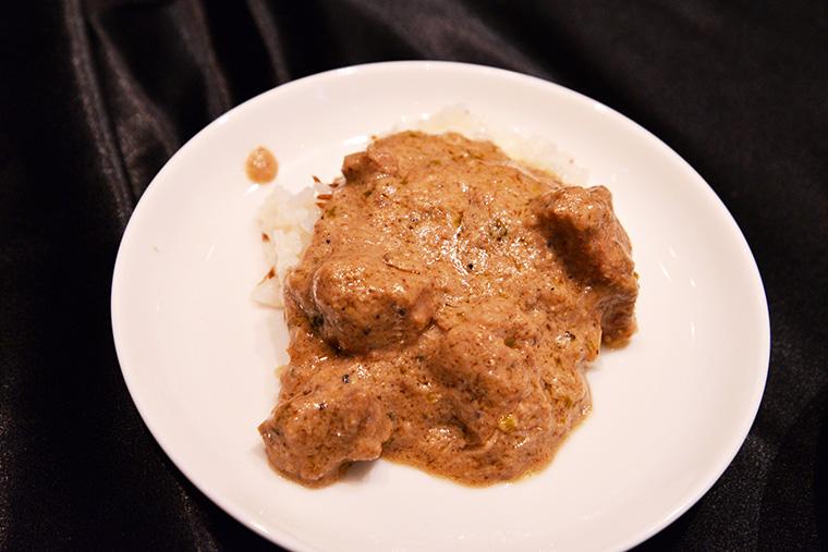 ↑ラムコルマカレー。シャンカール・ノグチさんが特別に作ってくれたスパイス感あふれるカレー。クリーミーな味わいのなかにラムのパワフルな旨みが溶け、魅惑的なおいしさ!