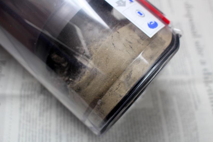 ↑最近掃除機をかけたばかりのラグなのに、こんなにゴミが!