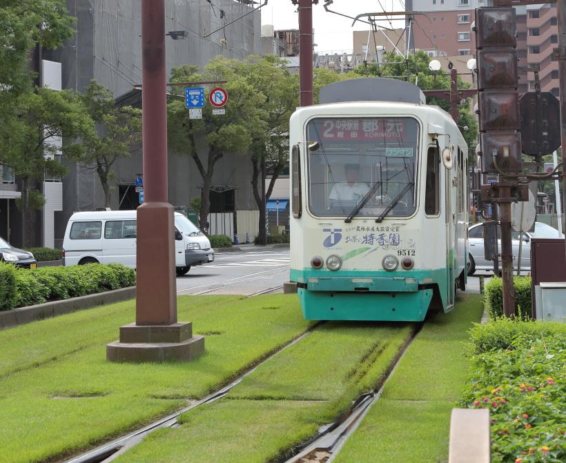 ↑ほぼ緑化された併用軌道区間。まるで緑のジュータンの上を電車が走るような印象だ