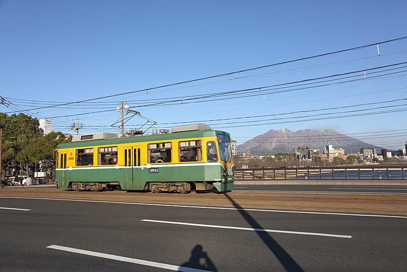 ↑武之橋の上から望む桜島。走るのは9500形で計15両と鹿児島市電の中では最も車両数が多い
