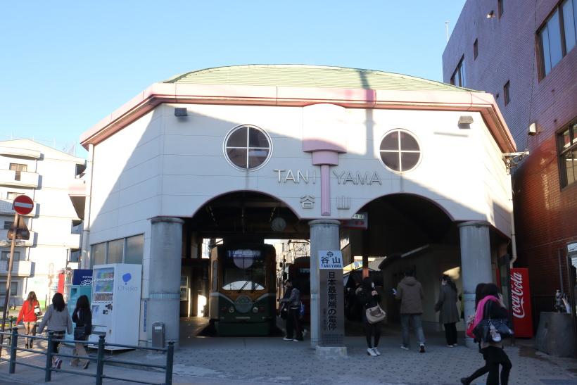 ↑1系統の終点、谷山電停。駅の建物のすぐ前に「日本最南端の電停」の標柱が立つ