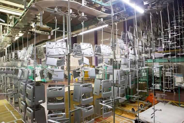 ↑プレスされた天板を塗装エリアに運ばれていきます。「重い荷物を運ぶ」という単純労働は機械におまかせです