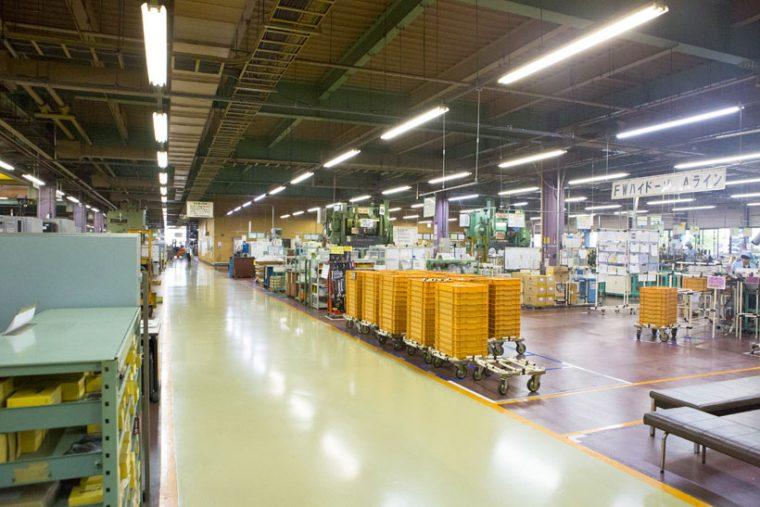 ↑明るい工場内は、なんと「森」をイメージしています。床は土を模した茶色、柱が茶色なのは木の幹のイメージ、天井の梁が緑色なのは木の葉のイメージなのだそう