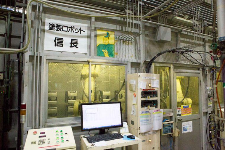 ↑なんと、工場内に戦国武将「信長」発見。こちらは3つの関節を持ち、人間のような動きで細かな塗装ができるロボット。塗装方式は帯電した霧状の塗料を吹き付ける「静電塗装」ですが、ロボットが行うことで人間が塗料を吸い込む心配がありません。ちなみに、隣には「秀吉」ロボットも……