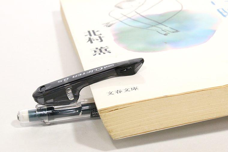↑厚さ1cm強の文庫本でもこのとおり。ペンのクリップとしての実力は現時点で世界最強だろう