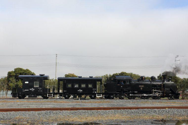 ↑車掌車のヨ8709号車(写真左)とヨ13785号車を連結して南栗橋車両管区内を走る