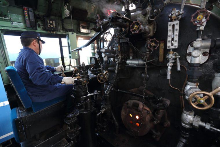 ↑C11形蒸気機関車の運転室。207号機はJR北海道の苗穂工場で整備の上、東武鉄道へ引き渡された