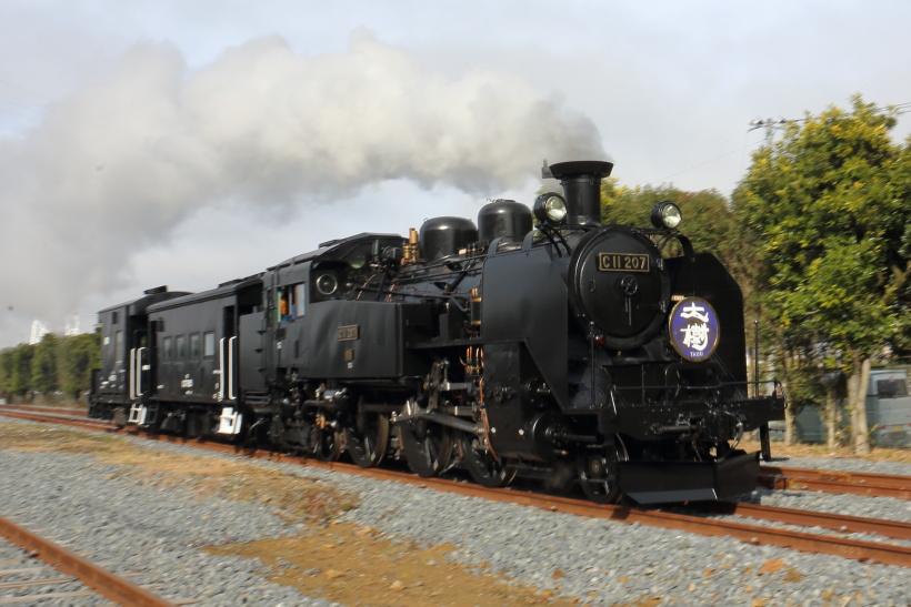 ↑車掌車を連結、南栗橋車両管区内の路線を疾走するC11形蒸気機関車207号機