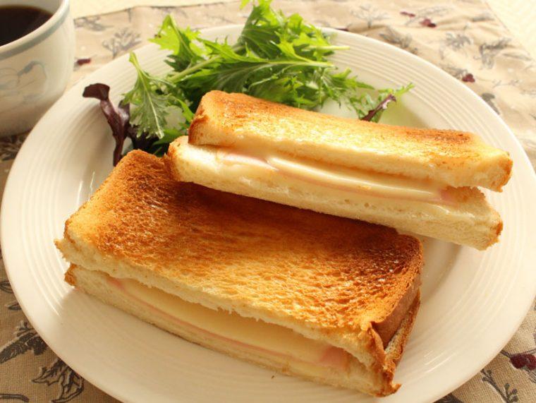 ↑ハムとチーズを挟んで焼くだけの「ハムチーズサンド」。調理時間は3分。以前からよく作るメニューでしたが、表面のカリカリ感が違うとさらにおいしく感じられます