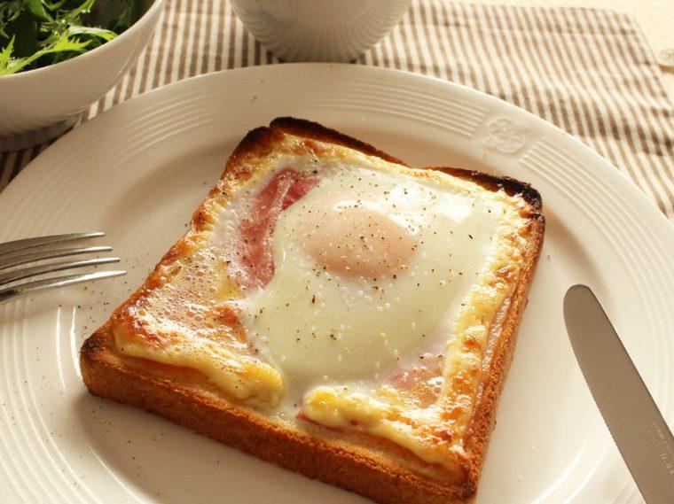 ↑食パンの上にベーコンを並べ、その上に生卵を乗せて焼くベーコンエッグトースト。トースターでの調理時間は約5分。半熟卵とベーコンの相性は抜群です