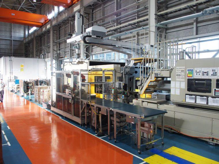 ↑こちらは樹脂成形した部品のバリなどを取る機械