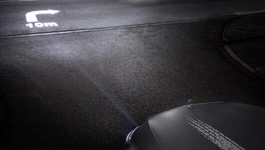 道路にライトで文字を書く! メルセデス・ベンツが新型ヘッドライトを発表