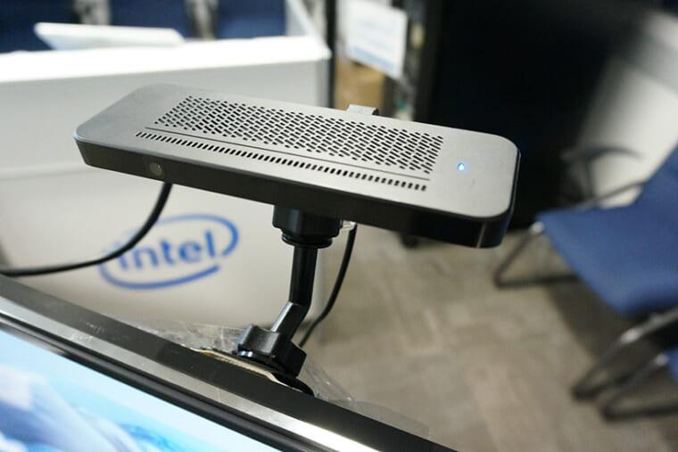 ↑モニターの上部に設置された「Smart Camera」。前面左側にカメラを搭載