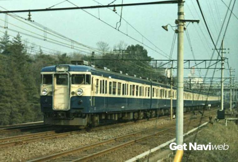 ↑最初に登場した115系基本番台は大きな前照灯が特徴だった(1969年/中央本線・国分寺駅付近で)