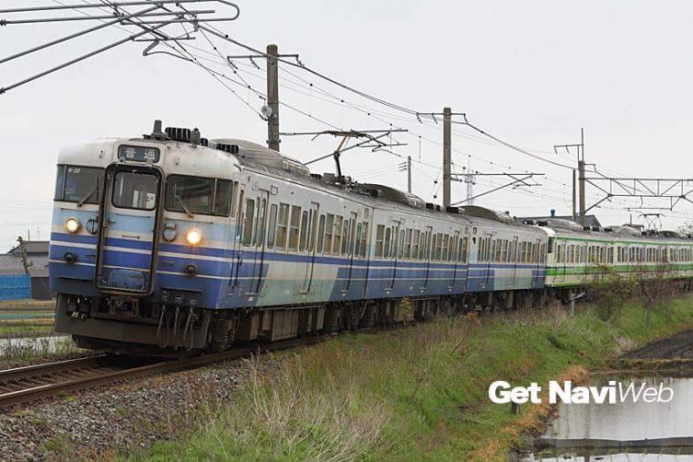 新潟地区を走る115系には、青色主体の3次新潟色と緑色主体の2次新潟色という塗り分けが存在する