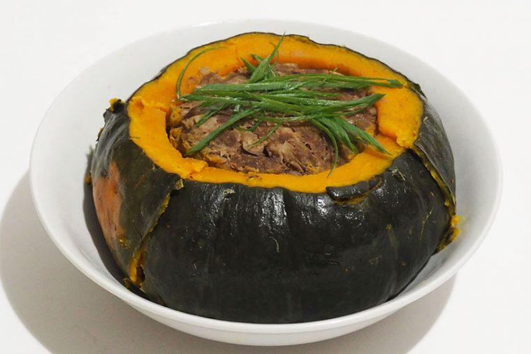 ↑中サイズのカボチャを入れても、まだ余裕のある鍋サイズ! ちなみに、写真肉詰めに使った肉の量は約500g。さらに、玉ねぎなどのつなぎを入れているので、かなり巨大な料理です。5人分くらいのおかずになりそう