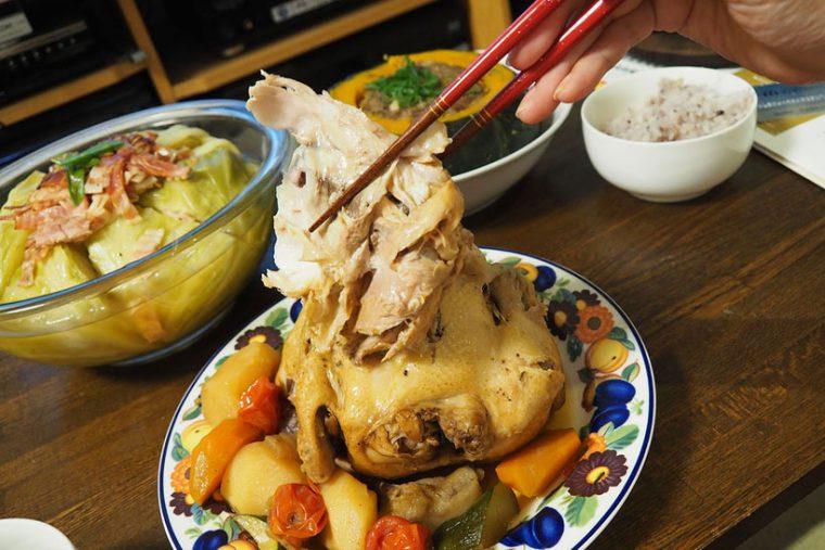 ↑鶏を野菜と調味料で煮込んだ「丸鶏の姿煮」。2時間ほどの調理で、箸で身がホロホロと崩れるくらい柔らかくなっています。見た目も豪華なこの料理はクリスマスパーティーなどにも最適ですね