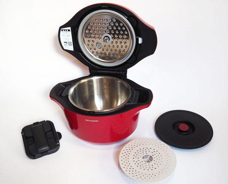 ↑食材をかき混ぜる「まぜ技ユニット」のほか、蒸し物用の「むし板」、内鍋のまま冷蔵庫などで料理を保存するためのシリコン製の蓋などが付属します