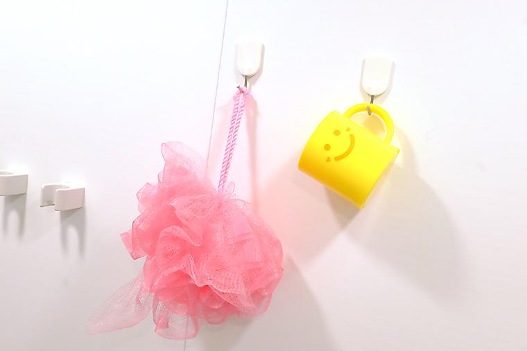 ↑体を洗うスポンジや歯磨き用のコップをフックに引っ掛けると便利