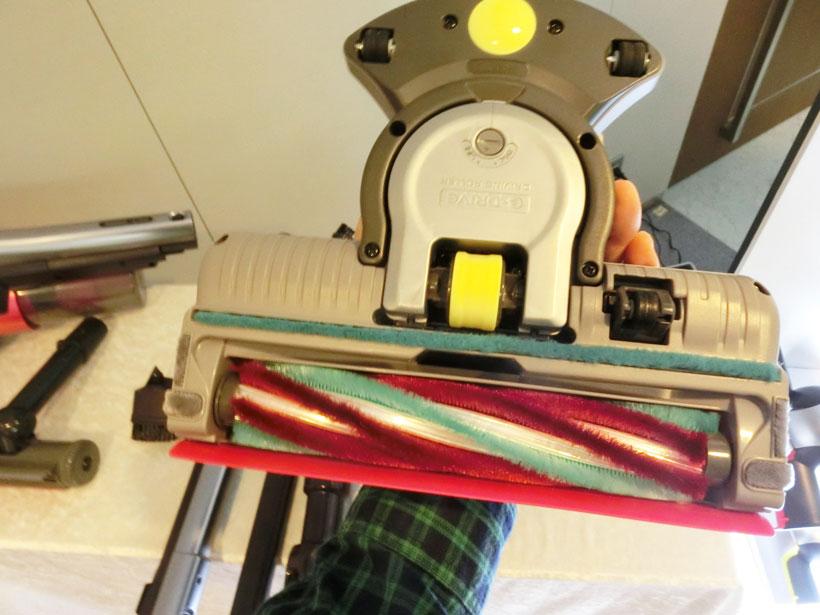 ↑ヘッド裏に搭載したモーター駆動の走行車輪