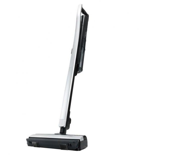 ↑パナソニックのサイクロン式コードレススティック掃除機「iT(イット) MC-BU500J」(実売価格は6万4280円)。フロアから隙間までノンストップで掃除できる「くるっとパワーノズル」を搭載しています