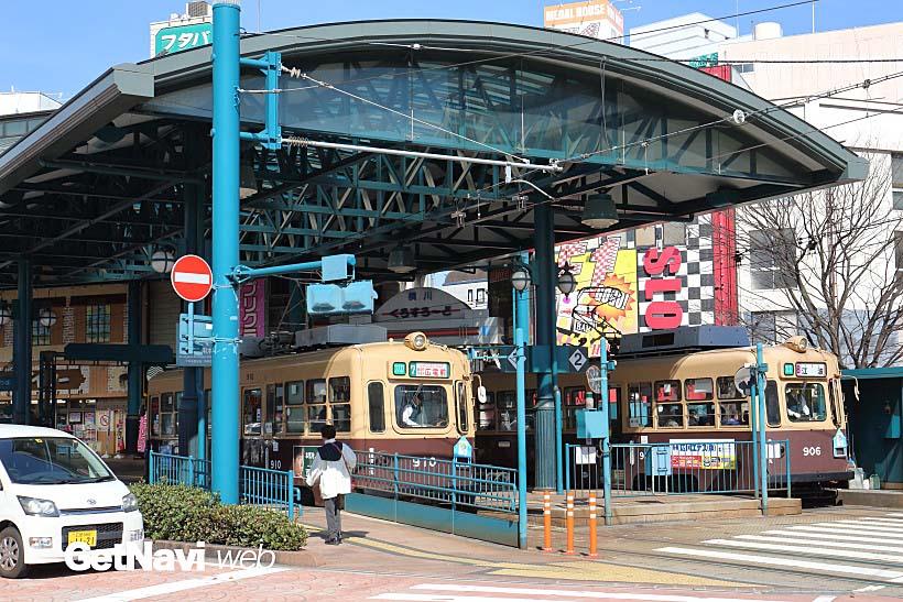 ↑ドーム型屋根が印象的な横川駅電停。ちょうど元大阪市電の900形が並び発着していた