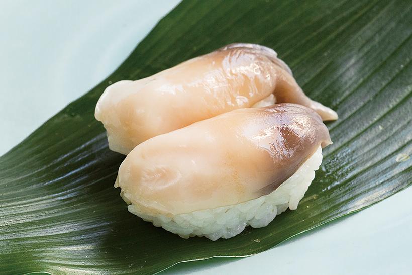 ↑生ほっき貝/一貫(324円) 北海道産の黒ほっき貝を使用。サックリとした歯ごたえが心地よく、爽やかな甘みが広がる。湯をくぐらせずに生のまま握るため、甘みがきわめて強い