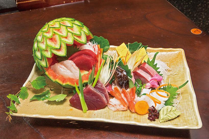 ↑刺盛 一人前(1836円) 7種の日替わりネタと玉子の盛り合わせ。取材時は本まぐろ赤身や三重の生とり貝、かつおなどが入っていた。飾り包丁を入れたスイカで夏らしさを表現している