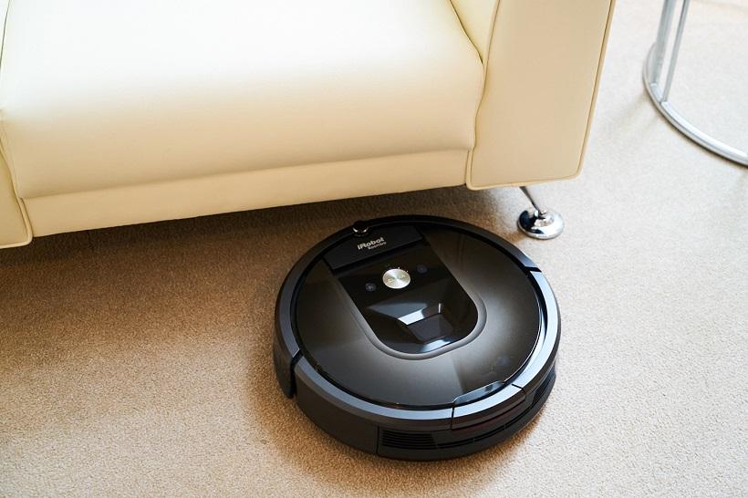 ↑ソファの下の奥など普通の掃除機では入り込めない場所も清掃してくれる