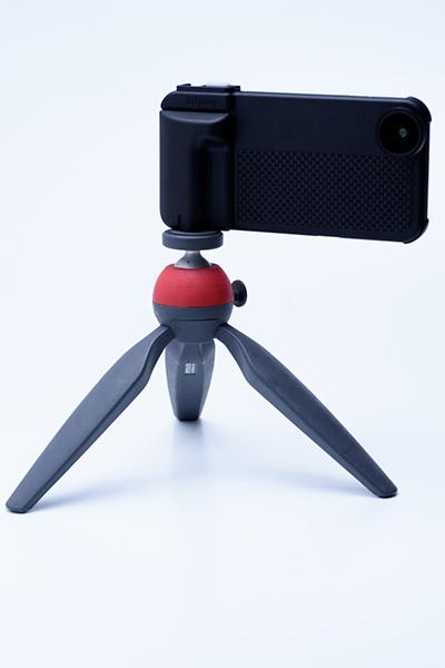 ↑このようなミニ三脚だけでなく、本格的な三脚も使用可能だ
