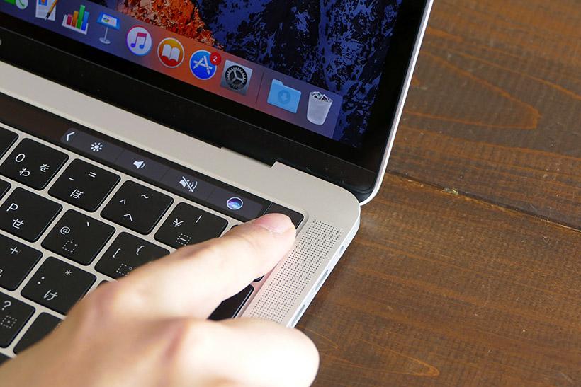 ↑MacBook ProはTouch Barの右端に指紋センサーとSiriのボタンが並ぶ