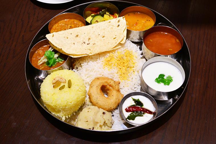 ↑南インドの代表的な料理「ミールス」。濃厚系のソースやナン、タンドリーチキンなどはのりません