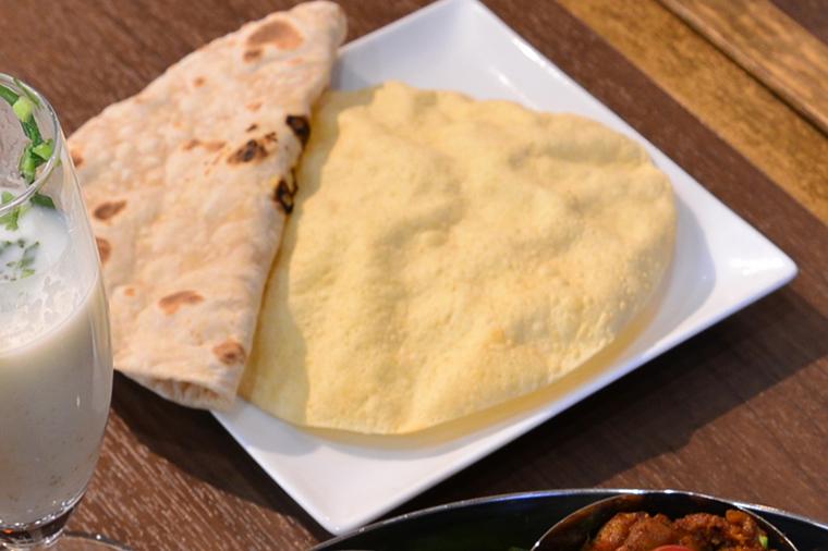 ↑左側のパンが「チャパティ」。右は「パパド」という豆で作ったせんべいのような料理