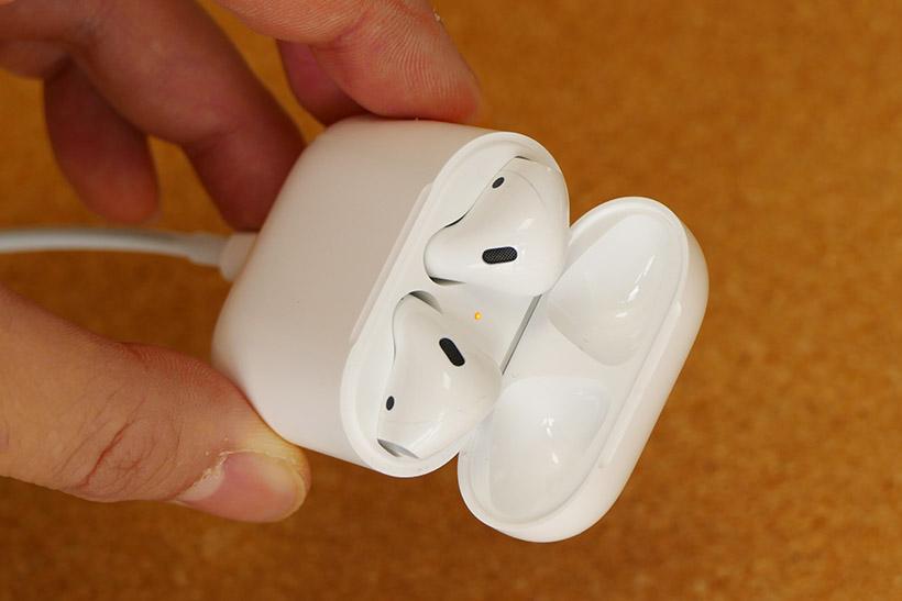 ↑ケースを充電するには、ケース底面にLightningケーブルを接続すればよい
