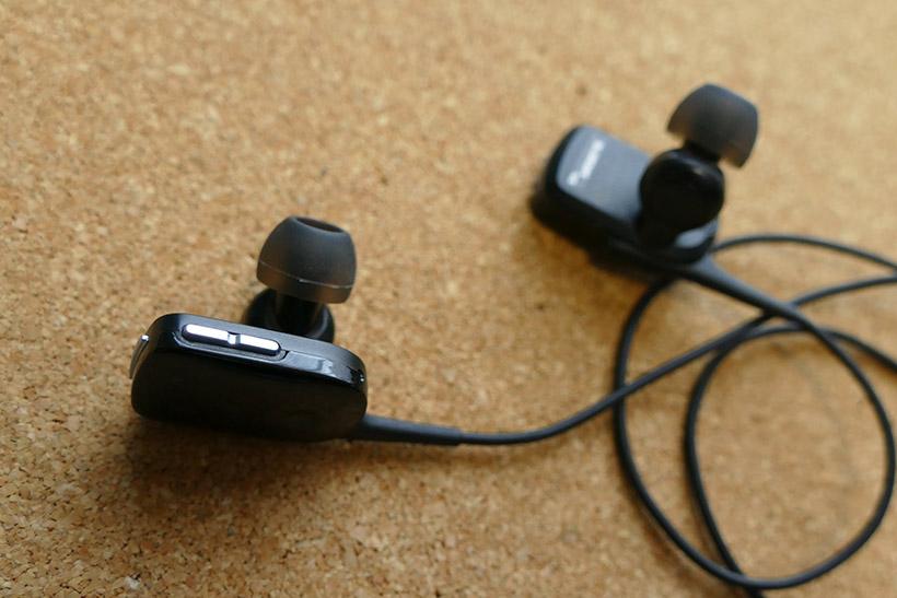 ↑一般的なBluetoothイヤホンは細かいボタン操作が手間