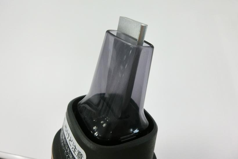 ↑振動する金属の先端部分が汚れを落とします