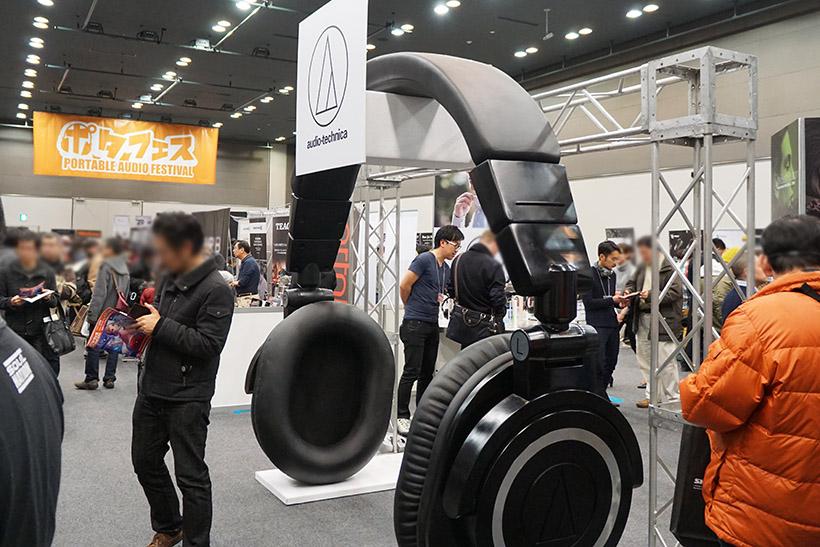 ↑オーディオテクニカブースには巨大なヘッドホン型のアーチが