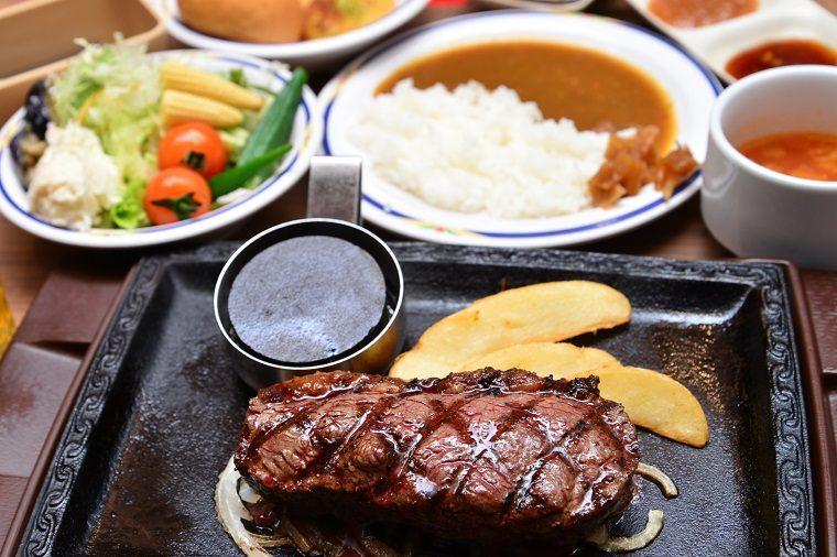 ↑イチボの熟成赤身ステーキハーフポンド 1699円(税抜・健康サラダバー付き)。サラダバーから料理を好きなように盛り付けるとこのような形に