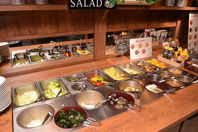 ↑サラダバーには、パン、スープ、ライス、カレー、スイーツなどが並んでいます