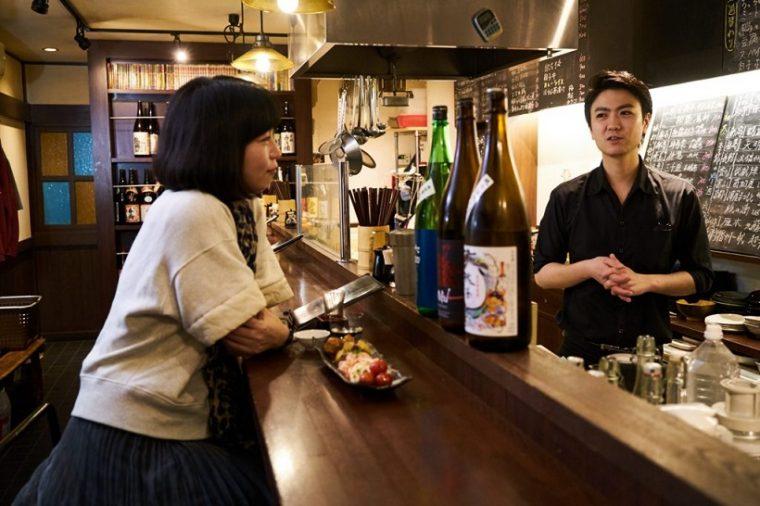 ↑カウンターは酒場の特等席。店主との会話や隣の席に居合わせたお客さんとのコミュニケーションも、楽しい酒肴のひとつ
