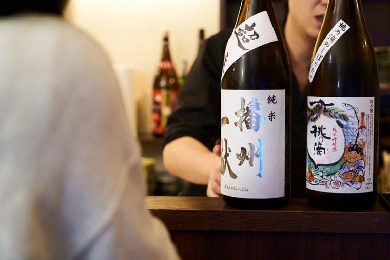 ↑お酒の味わいだけではなく、そのお酒にまつわるエピソードを聞きながら、飲んでみたい1本を選ぶ。これが上手な日本酒の楽しみ方