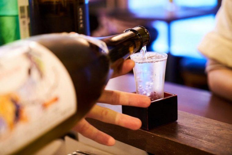 ↑最初の一杯は、ガス感のあるタイプのお酒が人気。こちらは「澤屋まつもと 純米吟醸しぼりたて」。新酒が出回る季節ならではの、フレッシュな味わい。日本酒は一杯120mlで提供している