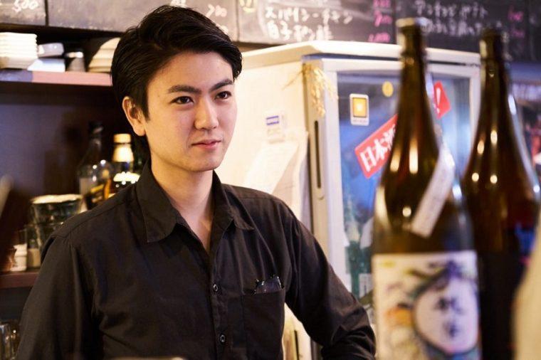 ↑友寄 樹さん Profile:東京都生まれ。西麻布の交差点から徒歩2分、路地の一角から毎夜にぎやかな声が聞こえる人気店「西麻布 角屋」の店主。17歳から日本酒提供者の道を歩み、取材当日に29歳の誕生日を迎えた