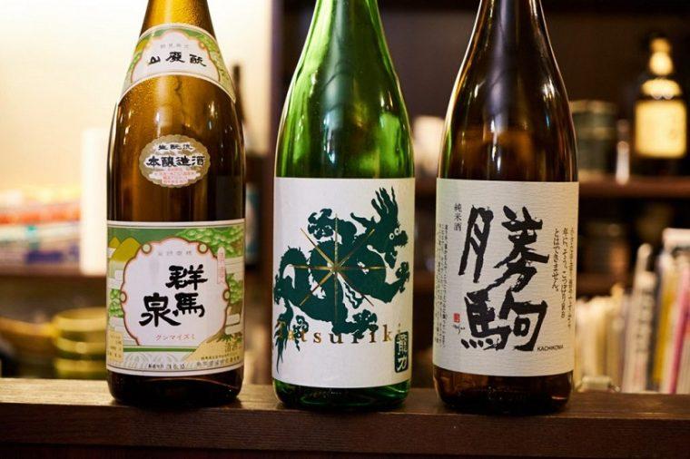 """↑店主・友寄さんは、本醸造の提案も上手。味がのった純米、香りも楽しめる吟醸など、""""分け隔てなく""""日本酒が楽しめるのも角屋の魅力。左から「群馬泉 山廃もと 本醸造」、「龍力 純米酒 ドラゴン緑」、「勝駒 純米酒」"""
